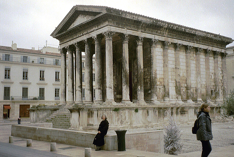 Maison carree in nimes for Maison de la literie nimes